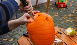 Dynia na Halloween - KROK IV: wycinanie oczu, nosa i ust w lampionie z dyni