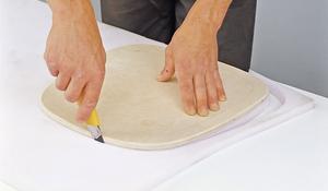 KROK XI - Wycinanie kształtu siedziska z gąbki